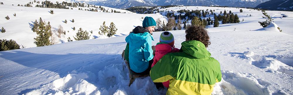 Familie in Südtirol im Eisacktal auf der Villanderer Alm im Winter